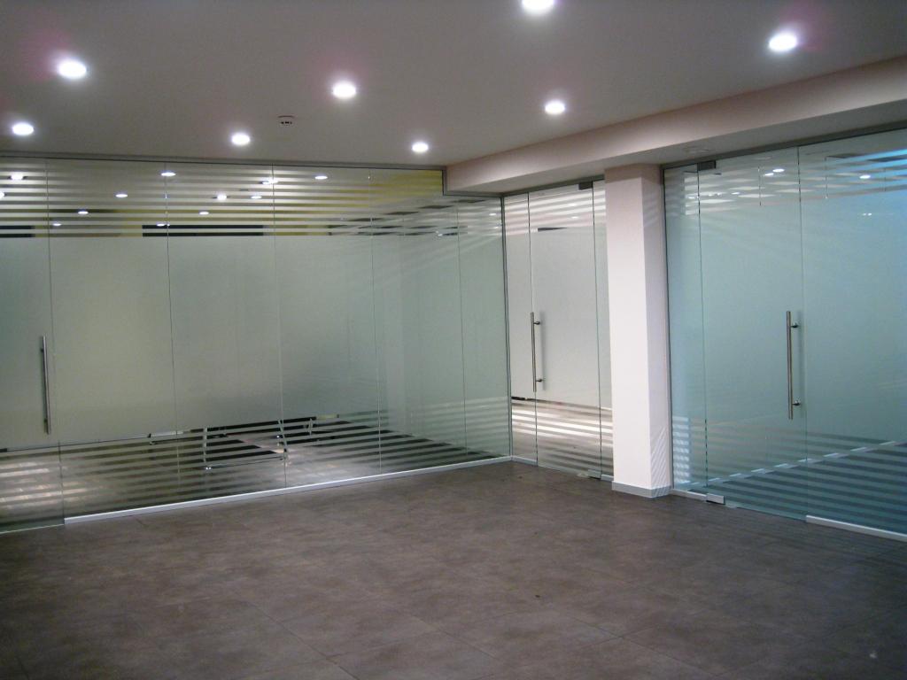Цельностеклянная перегородка из закаленного стекла 10мм с нанесение матированных полос