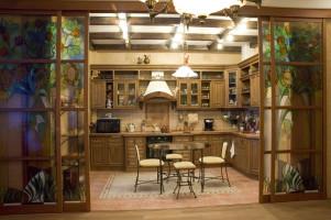 Раздвижная стеклянная перегородка между кухней и гостиной